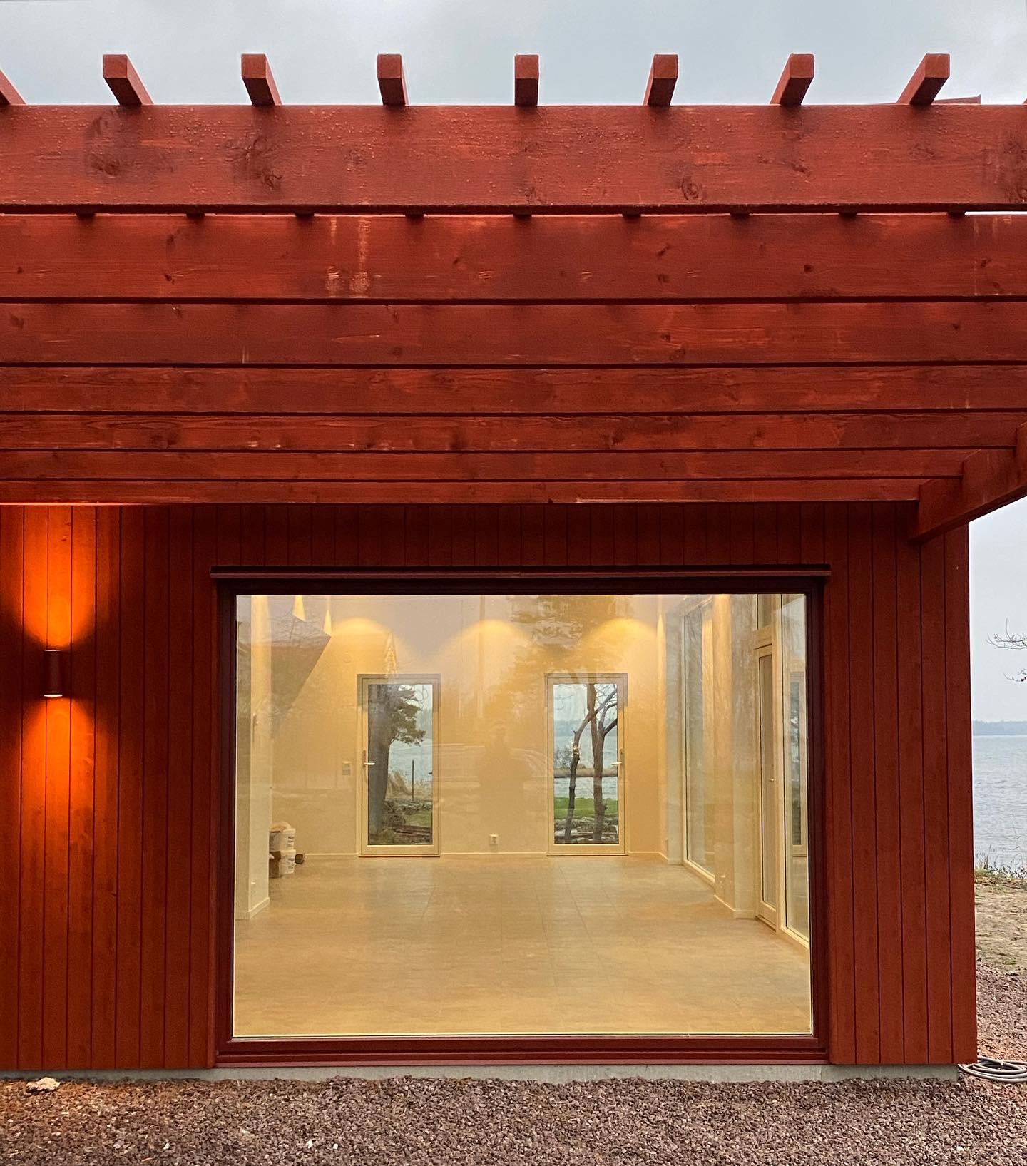 Arkitektritat fritidshus i faluröd